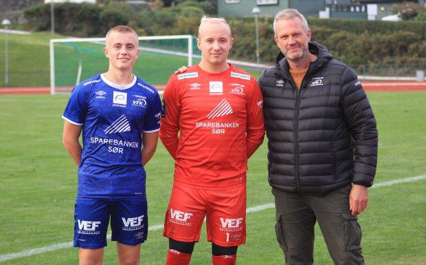 Debutantene Emil Lie og Mats Johansen Olsen flankert av tidligere storspiller Jarle Lie
